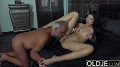 Cena de sexo perfeito com avô e sua netinha morena putinha