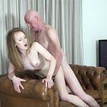 Netinha branquinha faz sexo com avô da rola cabeçuda e goza no meia nove