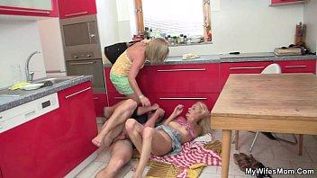 Garoto come a buceta cabeluda da tia coroa na mesa da cozinha