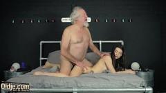 Netinha faz sexo proibido na cama com avô de cabelos brancos