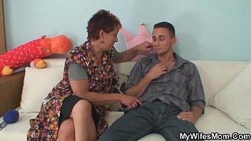 Mãe doidona chupa e rebola na rola do filho e é flagrada pela filha