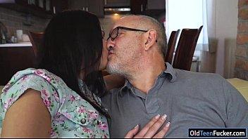 Moreninha ganha beijos chupadas e quica na piroca pai maduro dotado