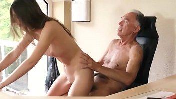 Sobrinha provoca de lingerie sexy e transa com tio coroa