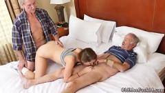 Neta puta louca por sexo na suruba com avôs idosos dotados