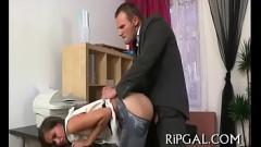 Dotado abusando rasgando a roupa e fodendo a buceta da colega de trabalho