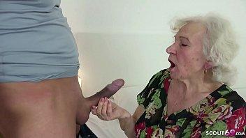 Avó gordinha idosa é flagrada se masturbando e fode com neto maduro