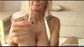 Avó idosa loira masturba e faz espanhola no neto pirocudo