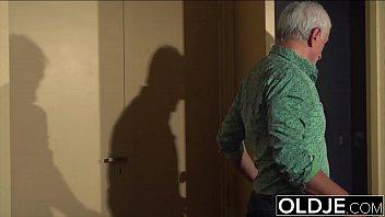 Avô pede uma massagem e acaba transando com neta loirinha sensacional