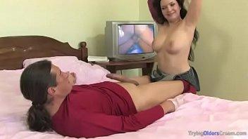 Filha vai olhar pornô com pai e fode na cama como puta