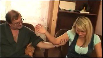 Loira fogosa bebe com o sogro se empolga tira roupa e fode deliciosamente