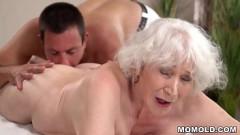 Neto sacana faz massagem chupa e fode a buceta da avó de cabelos brancos