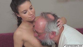Netinha com fio dental provoca faz oral e fode com avô coroa barbudo