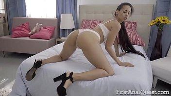 Pornô loira cavala provoca com plug no cu e goza na foda completa