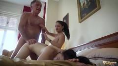 Coroa fode com sobrinha lésbica e sua namorada na cama