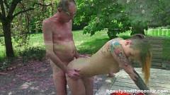 Neta doidona do corpo tatuado fode com avô no sitio e ganha leite na boca
