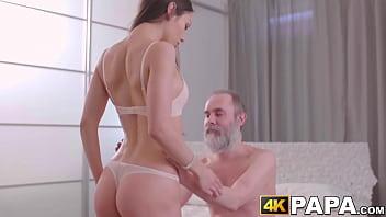 Neta danada tira roupa faz meia nove e sexo gostoso com avô