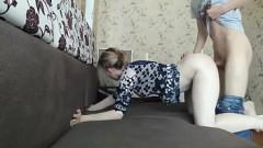 Novinho de 18 anos faz sexo com a própria mãe branquinha no sofá