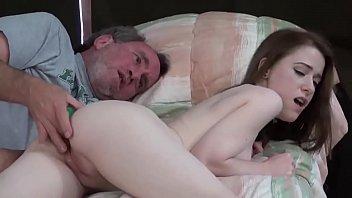 Pegou ninfeta pela pescoço enfiou língua no cu e estuprou a xota