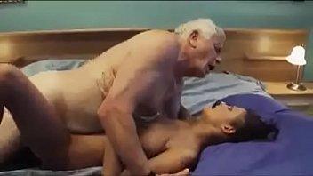 Netinha faz avô idoso de cabeça branca gozar espetacularmente na sua xoxota