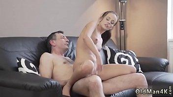 Sobrinha sapeca faz sexo gostoso com tio maduro do pau grande e grosso