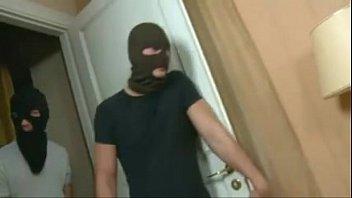 Encapuzados invadem apartamento e abusam da novinha que acaba se divertindo