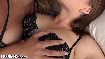 Lésbica safada esfrega xota na cara da prima faz meia nove e goza se esfregando