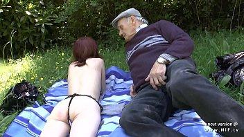 Incesto vovô faz meia nove e fode neta ao ar livre no matinho