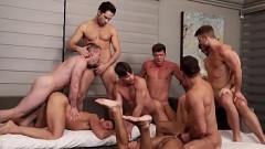 Gays fogosos reunidos na orgia gozando juntos na sala de casa  na maior suruba