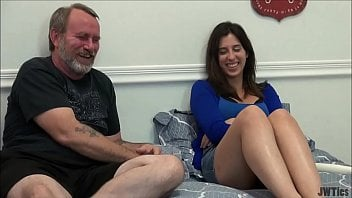 Contoerotico deixa filha com tesão e se masturba e fode com pai gordinho na cama