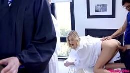 Loirinha coroinha sendo abusa por macho dotado durante a missa