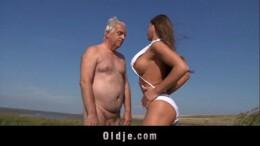 Poeno sexo incesto com novinha foda com tio idoso ao ar livre