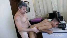 Pornô grátis gay Asiático novinho dando o cu para chefe coroa no escritório