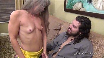 Lesbicas porno coroa é chupada e engole pica na buceta pela primeira vez