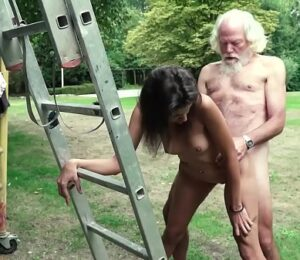 So caseiras neta puta fode com vovô idoso ao ar livre na casa de campo