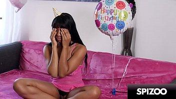 Rabuda gostosa branquinha lésbica goza com namorada mulata no seu aniversário