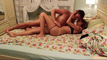 Site pornô video com casal de irmãs jovens metendo na cama dos pais