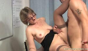 Porno bengala sobrinho chupa e fode a tia professora particular e goza na cara