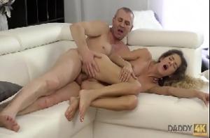 Porno novinha fogosa chupando e metendo com pai do caralho grande