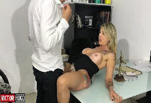 Sexo quente e gostoso com funcionária loira no escritório