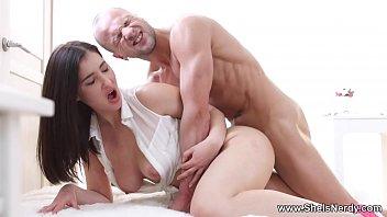Tigresa porno chupa e goza na piroca do professor careca