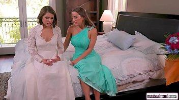Xham filha lésbica chupa buceta da própria mãe em cima da cama