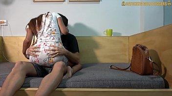 Buceta cabeluda da ninfeta levando pica com calcinha de ladinho