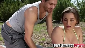 Brasileira fitness fode com personal ao ar livre e ganha leite na xota