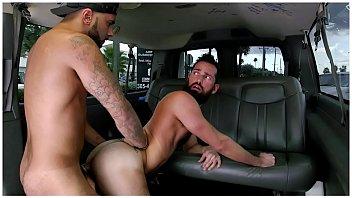 Casado ganha mamada e fode gay barbudo na limousine