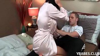 Filho sexo quente com mãe madura em cima da cama de casal