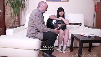 Xvideos porno moreninha na suruba com professores de violão