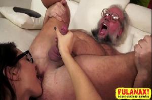 Neta assanhada faz fio terra e chupa o cu do avô gordinho