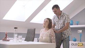 Filha peituda ganha língua do pai na buceta e faz chupeta