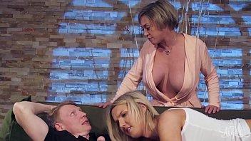 Mãe safadona leva pica da filha travesti e do namorado dotado