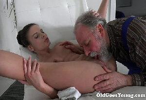 Avô sortudo flagra neta na siririca chupa e fode a xoxota